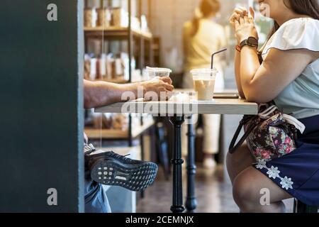 Glück asiatische Paar in Liebe reden sitzen bei Kaffeehaus Tisch zusammen, lächelnd junge attraktive Mann und Frau chatten und flirten Genießen Sie pl