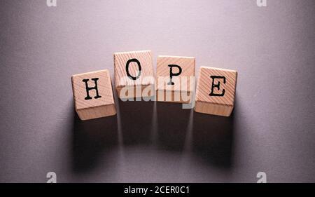 Hope Wort auf Holzwürfel geschrieben - Stockfoto