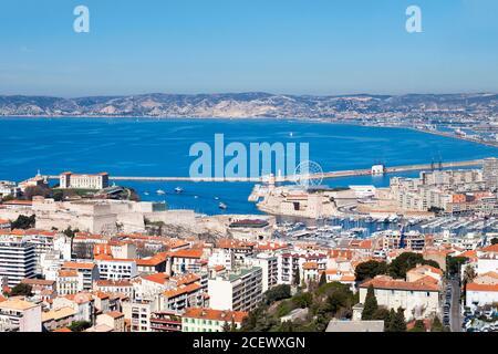 Luftaufnahme des Vieux Port von Marseille mit dem Fort Saint-Jean, dem Palais Pharo und dem Fort Saint-Nicolas.
