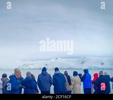 Eine Gruppe von Menschen beobachten Gletscher in der Antarktis