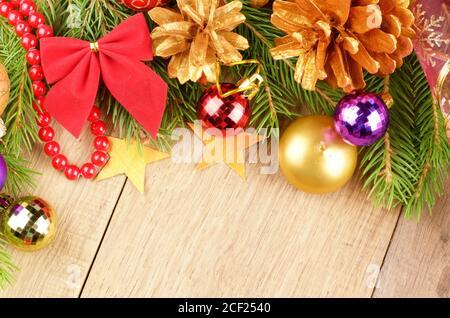 Weihnachtshintergrund mit Kugeln und Dekorationen über Holztisch. - Stockfoto