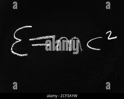 E=mc2 auf einer Tafel geschrieben Stockfoto