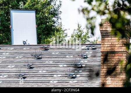 Dachinstallation Arbeit mit Arbeiter halten Sonnenkollektoren mit Regale Racks Schienen auf dem Dach des Hauses Wohnhaus montiert Für das Leben abseits des Stromnetzes - Stockfoto