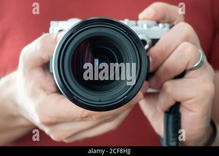 Kamera von einem Mann horizontal gehalten