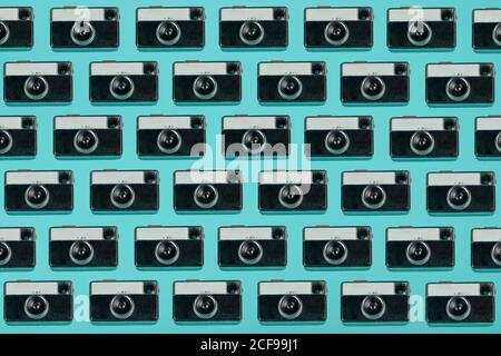 Nahtloses Muster von oben Vintage-Fotokameras auf angeordnet zusammengesetzt Blauer Hintergrund Stockfoto