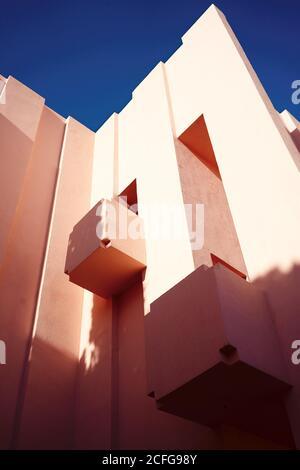 Traditionelle Konstruktion in kräftigem Pink mit Balkonen