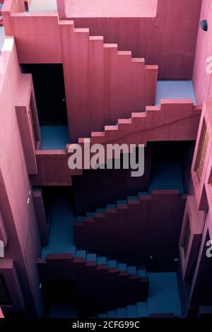 Von oben traditionelle Konstruktion von kräftigen rosa Farbe mit Blau Treppen