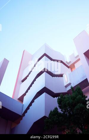 Traditionelle Konstruktion in kräftigem Pink mit Treppen