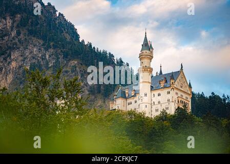 Schöne Aussicht auf die weltberühmten Schloss Neuschwanstein, dem neunzehnten Jahrhundert Neoromanischen Palast für König Ludwig II. erbaut auf einem zerklüfteten Felsen in der Nähe - Stockfoto
