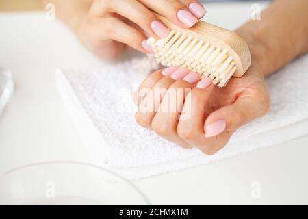 Nahaufnahme von Frau mit Nagelbürste auf Fingernägel Stockfoto