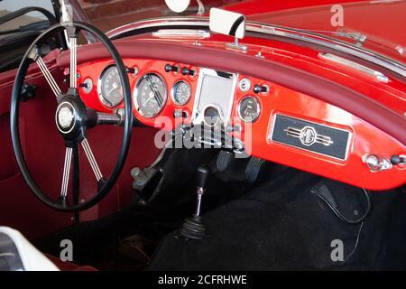 2. August 2020- Kentville, Nova Scotia, Kanada: Das Innere eines 1960 MG Roadsters mit Lenkrad und Armaturenbrett - Stockfoto