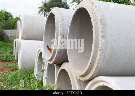 Nahaufnahme. Betonrohre für die Entwässerung und Straßenseite in einer großen Stadt verwendet. - Stockfoto