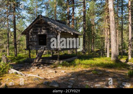 Altes Fachwerkhaus im Wald in Nordschweden zur Lagerung von Lebensmitteln verwendet, Bild aus Moskosel Norbotten Schweden.