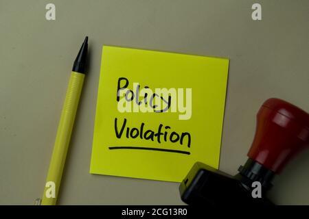 Richtlinienverstöße Schreiben Sie auf Haftnotizen, die auf dem Büroschreibtisch isoliert sind.