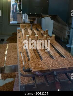 Eine computergesteuerte CNC-Präzisionsfräsmaschine formt Gitarrenhälse in der Taylor Guitar Fabrik in El Cajon, Kalifornien, USA. - Stockfoto