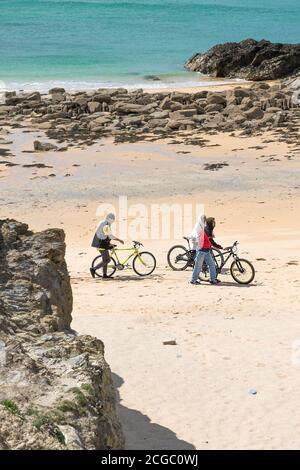 Teenager mit ihren Pushbikes am Strand von Little Fistral in Newquay in Cornwall. - Stockfoto