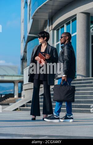 Porträt eines afrikanischen Geschäftsmannes und einer kaukasischen Geschäftsfrau in voller Länge Der Kollege vor dem Bürogebäude - Stockfoto