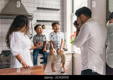 Jungen spielen und posieren und dumm für Eltern nehmen Fotos