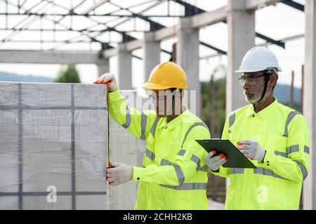 Qualitätsprüfung von belüfteter Betonklötze, die in der Konstruktion von verwendet werden Ingenieure und Experten