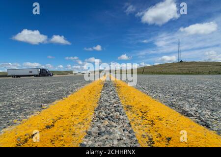 Detail der doppelten gelben Linie in Highway, Wyoming, USA - Stockfoto