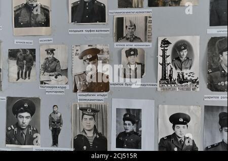 """Fotos von ehemaligen Schülern sind in einem Schulmuseum im Dorf Sibiljakowo, Omsk Region, Russland, 7. September 2019 gesehen. In seiner Blütezeit in den 1970er Jahren hatte die Grundschule von Sibilyakovo vier Klassen, jedes von rund 18 Kindern. REUTERS/ALEXEY MALGAVKO SUCHEN SIE 'SIBILYAKOVO MALGAVKO' FÜR DIESE GESCHICHTE. SUCHEN SIE NACH """"BREITERES BILD"""" FÜR ALLE TEXTABSCHNITTE. - Stockfoto"""
