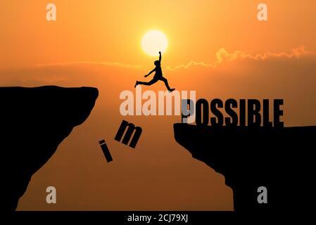 Mann springt über unmöglich oder möglich über Klippe bei Sonnenuntergang Hintergrund, Geschäftskonzept Idee - Stockfoto