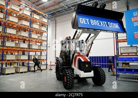 Ein Bagger, der von Großbritanniens Premierminister Boris Johnson während eines Kampagnenstunts gefahren wurde, wird in der JCB-Fabrik in Uttoxeter, Großbritannien, am 10. Dezember 2019 geparkt. REUTERS/Toby Melville
