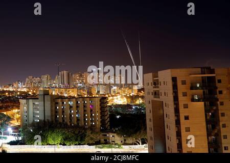 Beim Abschuss von Raketen aus dem Gazastreifen in Richtung Israel sind Lichtstreifen abgebildet, wie aus der israelischen Stadt Aschkelon am 4. Mai 2019 REUTERS/ Amir Cohen zu sehen ist