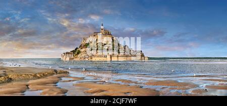 Malerische Aussicht auf die Gezeiteninsel Mont Saint Michel bei Flut umgeben und seine mittelalterliche Abtei von Saint Michel. Normandie Frankreich. Die Gezeiten variieren