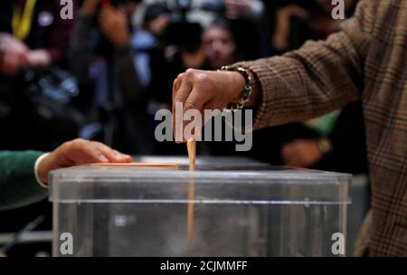 Eine Person gibt während der spanischen Parlamentswahlen in Pozuelo de Alarcon, außerhalb von Madrid, Spanien, am 28. April 2019 seine Stimme ab. REUTERS/Rafael Marchante - Stockfoto