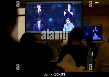 Journalisten beobachten die Fernsehdebatte der wichtigsten Kandidaten vor den Parlamentswahlen in Pozuelo de Alarcon, außerhalb von Madrid, Spanien, am 22. April 2019. REUTERS/Sergio Perez - Stockfoto