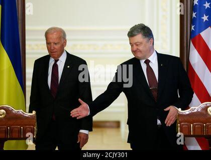 Der ukrainische Präsident Petro Poroschenko (R) und der US-Vizepräsident Joe Biden nehmen am 16. Januar 2017 an einer Pressekonferenz in Kiew, Ukraine, Teil. REUTERS/Gleb Garanich - Stockfoto