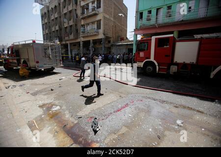 Ein Feuerwehrmann inspiziert die Website der Autobombe in der Nähe von einem Amt im Karkh Bezirk in Bagdad, Irak 30. Mai 2017.  REUTERS/Khalid al-stolz Stockfoto