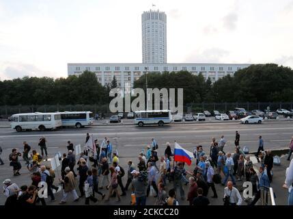 Die Menschen marschieren vor dem russischen Weißen Haus, dem Sitz der Bundesregierung, zum 25. Jahrestag des gescheiterten Putsches vom 1991. August gegen Präsident Michail Gorbatschow, der den Zusammenbruch der Sowjetunion beschleunigte, in Moskau, Russland, am 20. August 2016. REUTERS/Maxim Zmejew - Stockfoto