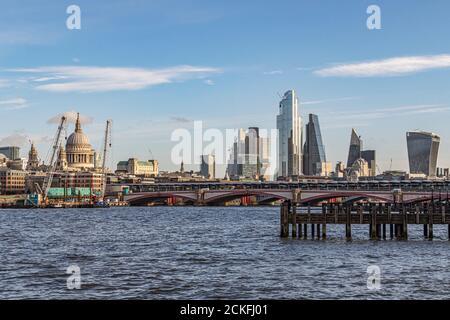 Blick in Richtung Blackfriars Bridge über die Themse in Richtung der Hochhäuser der City of London - Stockfoto