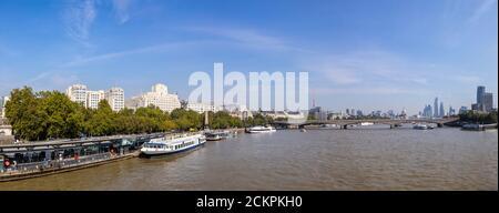 Panoramablick Richtung Osten entlang der Themse vom Embankment Pier zum Shell-Mex House, der Waterloo Bridge und den Wolkenkratzern der City of London - Stockfoto