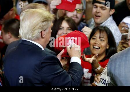 Republikanische US-Präsidentschaftskandidat Donald Trump gibt Autogramme auf einer Kundgebung der Kampagne in Phoenix, Arizona, 18. Juni 2016. REUTERS/Nancy Wiechec - Stockfoto