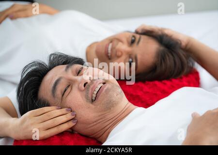 Glückliches älteres asiatisches Paar, das gute Zeit zu Hause hat. Altersruhestand und gesunde Bürger Senioren Konzept.