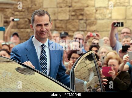 Der spanische König Felipe geht nach einer Ostermesse in der Kathedrale von Palma de Mallorca, auf der spanischen Baleareninsel Mallorca, Spanien, am 27. März 2016. REUTERS/Enrique Calvo - Stockfoto