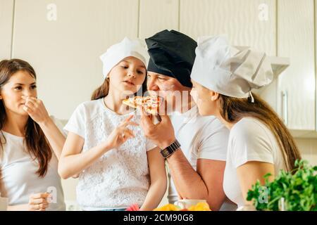 Familie zu Hause In Küche Pizza gemeinsam machen - Stockfoto