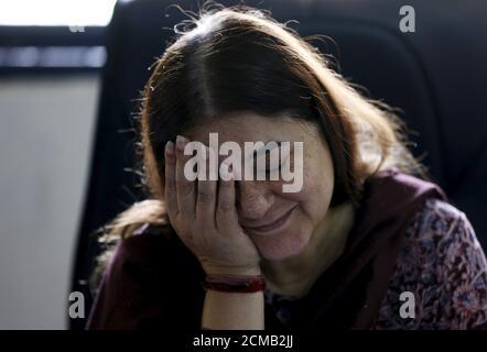 Die indische Frau- und Kinderschutzministerin Maneka Gandhi reagiert während eines Interviews mit Reuters in ihrem Büro in Neu-Delhi, Indien, am 19. Oktober 2015. Indiens Hauptprogramm zur Bekämpfung der Unterernährung von Kindern wurde von Budgetkürzungen getroffen, die es schwierig machen, die Löhne von Millionen von Beschäftigten im Gesundheitswesen zu zahlen, sagte ein Kabinettsminister am Montag in einer seltenen öffentlichen Kritik an der Politik von Premierminister Narendra Modi. Gandhi, die Ministerin für Frauen und Kinderhilfe, die ein Programm zur Ernährung von mehr als 100 Millionen armen Menschen überwacht, sagte, dass das aktuelle Budget nur ausreicht, um die Gehälter ihrer 2.7 Millionen Gesundheitsarbeiter un zu bezahlen - Stockfoto