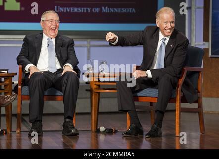 US-Vizepräsident Joe Biden (R) macht einen Punkt, wie ehemaliger Vizepräsident Walter Mondale lacht, während einer Veranstaltung zu Ehren Mondale an der George Washington University in Washington 20. Oktober 2015. REUTERS/Joshua Roberts