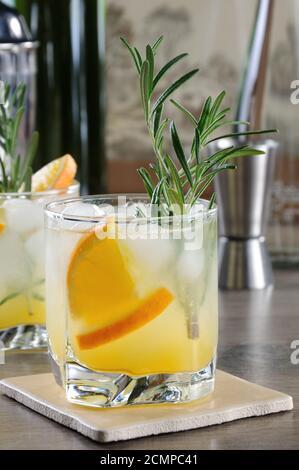 Gekühlt Cocktail aus Wodka und Tonic mit frisch gepresstem Orangensaft