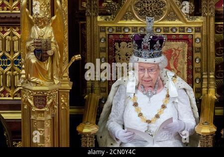 Die britische Königin Elizabeth II. Hält die Rede der Königin während der Eröffnung des Parlaments im Zentrum von London am 18. Mai 2016. REUTERS/Justin Tallis/Pool