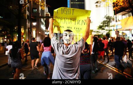 Die Demonstranten marschieren in einer weiteren Nacht der Proteste gegen die Schüsse der Polizei auf Keith Scott in Charlotte, North Carolina, USA, am 24. September 2016. REUTERS/Mike Blake - Stockfoto