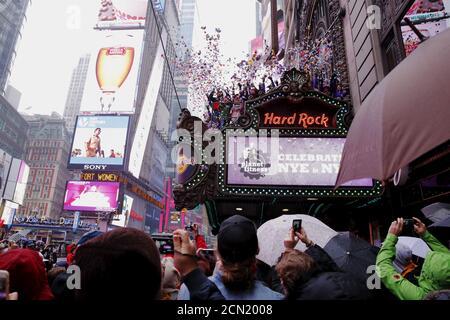 """Mitglieder der Times Square Alliance führen einen """"Lufttüchtigkeitstest"""" für Konfetti durch, der dem ähnelt, was am 29. Dezember 2015 in New York für Silvester verwendet wird. REUTERS/Lucas Jackson - Stockfoto"""