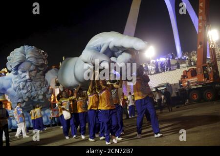 Nachtschwärmer der Sambaschule Estacio de Sa verlassen das Sambadrome, nachdem sie im Karneval in Rio de Janeiro am 7. Februar 2016 vorgeführt haben. REUTERS/Ricardo Moraes - Stockfoto
