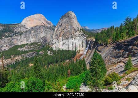 Half Dome, Mount Broderick und Liberty Cap mit Nevada Fall Wasserfall auf Merced River, Yosemite National Park, Kalifornien, Vereinigte Staaten von Amerika