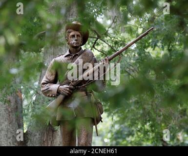 Eine Statue eines konföderierten Soldaten mit dem Spitznamen Silent Sam steht auf dem Campus der University of North Carolina in Chapel Hill, North Carolina, USA 17. August 2017. REUTERS/Jonathan Drake