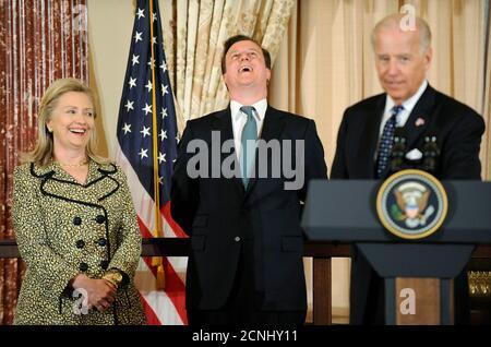 Großbritanniens Premierminister David Cameron (C) lacht, als US-Vizepräsident Joe Biden (R) scherzhaft erwähnt, dass sein irischer Großvater kein Fan der Briten war, während er von Biden und Außenministerin Hillary Clinton kommentiert wurde, als sie Gastgeber für ein Mittagessen für Cameron im Außenministerium waren In Washington am 14. März 2012. REUTERS/Jonathan Ernst (VEREINIGTE STAATEN - Tags: POLITIK)
